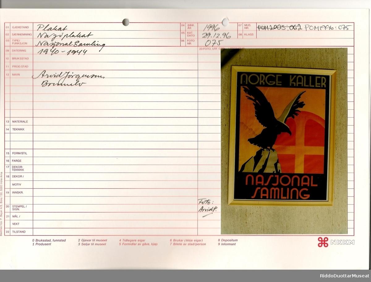 Ørn med utslåtte vinger sittende på fjelltopp. I bakgrunnen Nasjonal Samlings symbol.
