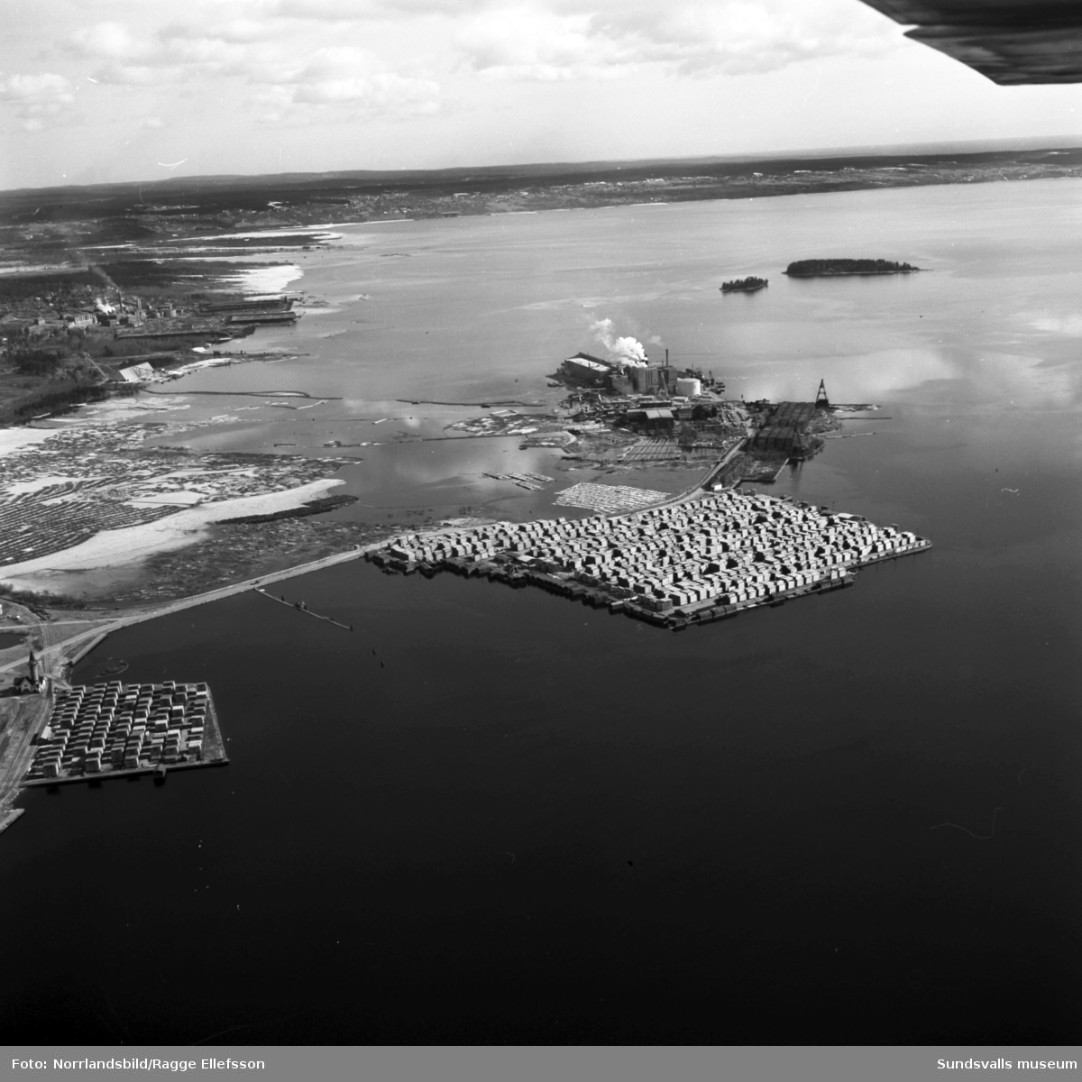 Flygfoto över Vivstavarvs nya pappersfabrik. Till vänster syns Fagerviksfabriken.