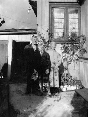 An elderely couple with grandchild. Johannes gate 4. Enerhaugen