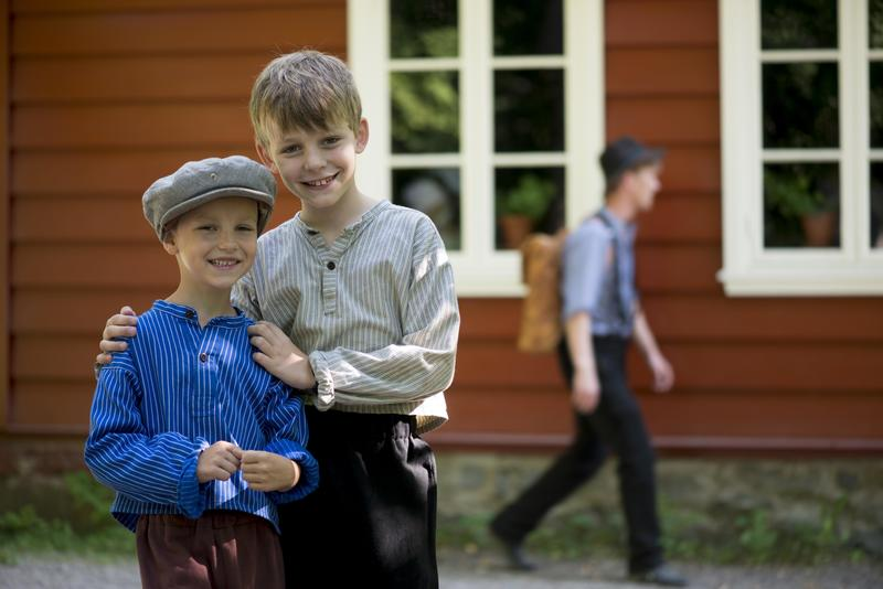 Historisk Ferieskole Norsk Folkemuseum, foran Skolestua