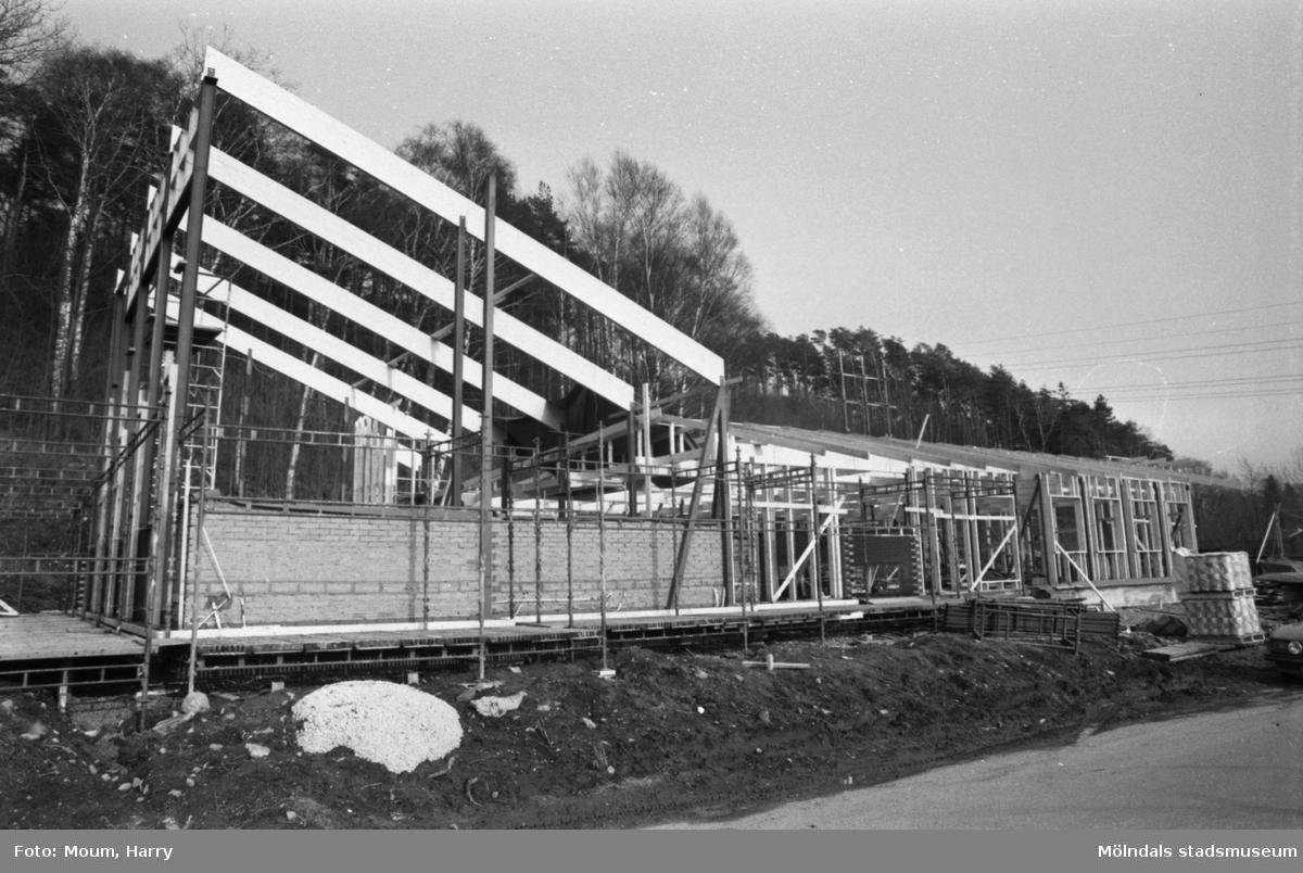Fågelbergskyrkan i Rävekärr, Mölndal, under byggnation, år 1984.  För mer information om bilden se under tilläggsinformation.