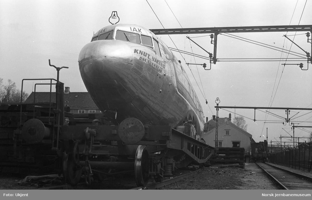 """Transport av SAS-flyet """"Knut Viking"""" fra Fagernes til Oslo på NSBs spesialvogn Ro4 20850"""