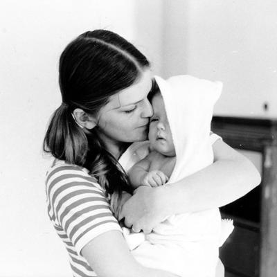 Mor og barn. Beboere i Wessels gate 15 i 1970.. Foto/Photo
