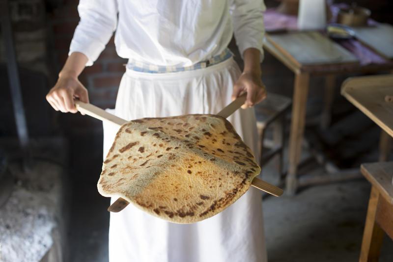Kvinne viser frem ferdig stekt lefse