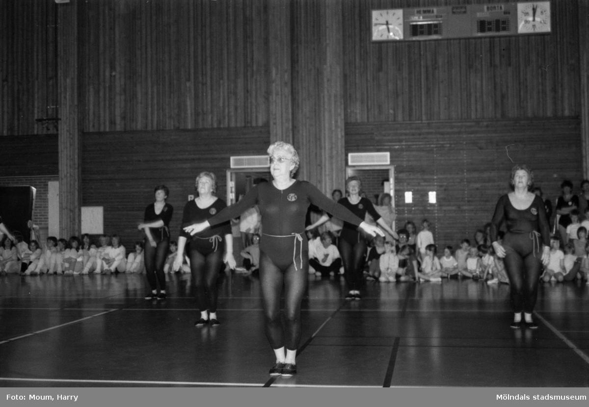 Kållereds Gymnastikförening har uppvisning i Ekenhallen i Kållered, år 1984. Eivor Bjerrhedes grupp.  För mer information om bilden se under tilläggsinformation.
