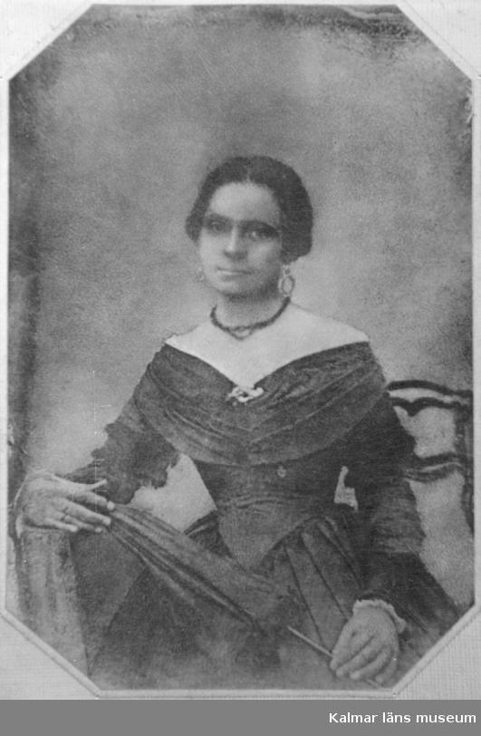 Syster Johanna Carolina Von Krusenstjerna född Linroth  1831 - död 1859 Gift med Löjtnant Herman Viktor Von Krusenstjerna född 1824 -död 1892 i hans 1:a giftermål, Gift 2:a med  Carolina Charlotta Wibeck 1874 i Jönköping.