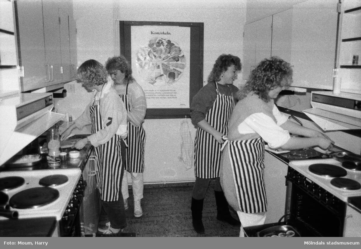 Temavecka på Ekenskolan i Kållered, år 1984. Beredning av österrikiska maträtter.  För mer information om bilden se under tilläggsinformation.