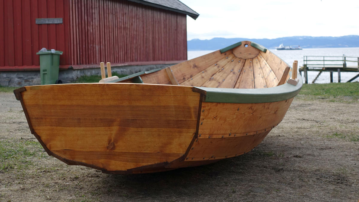 "Small wooden dinghy, ""Skeise"""