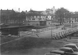 Kanalen i Moss.  Kanalbrua. Bruvakthuset i midten, kanalen s