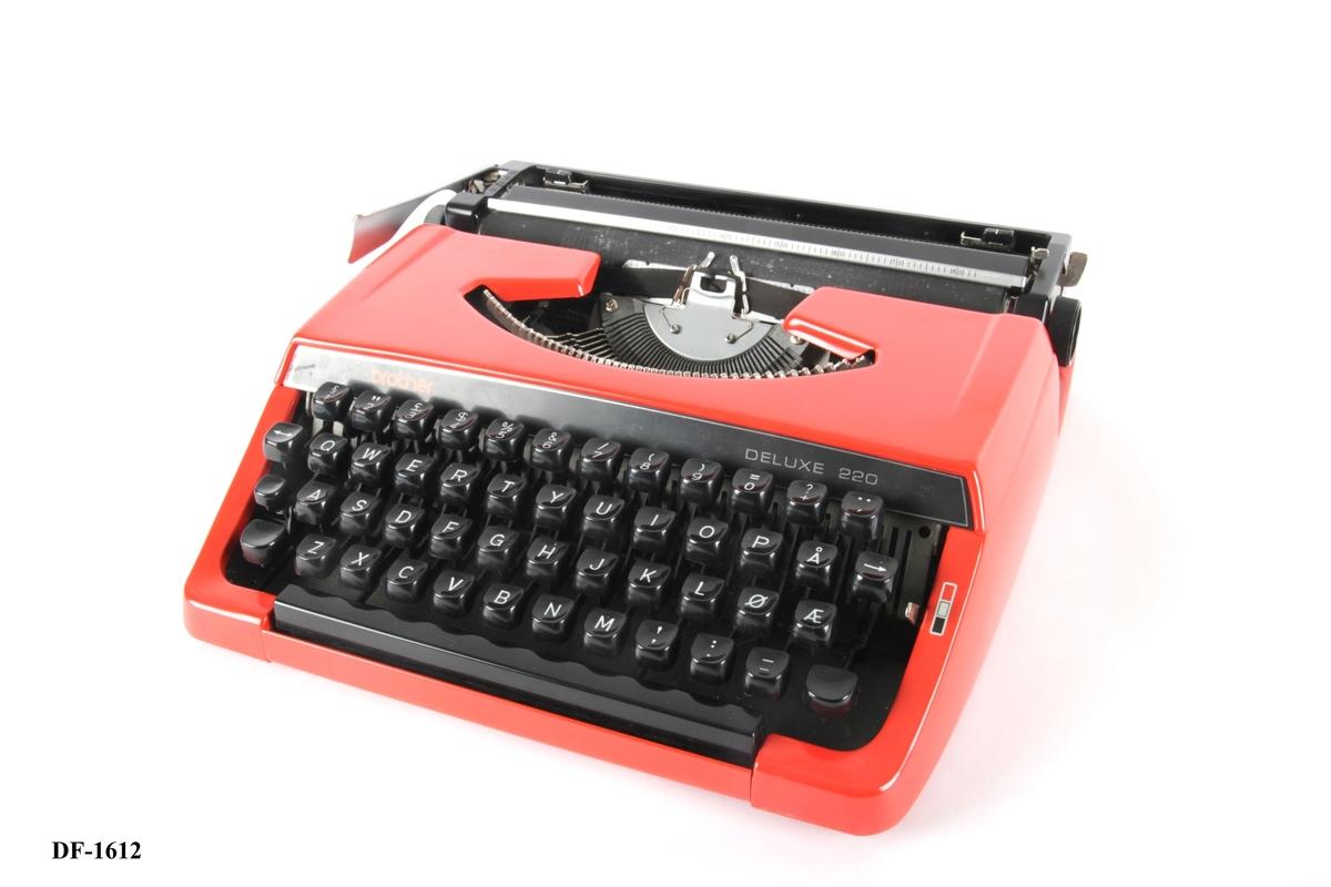 Skrivemaskin med lokk.