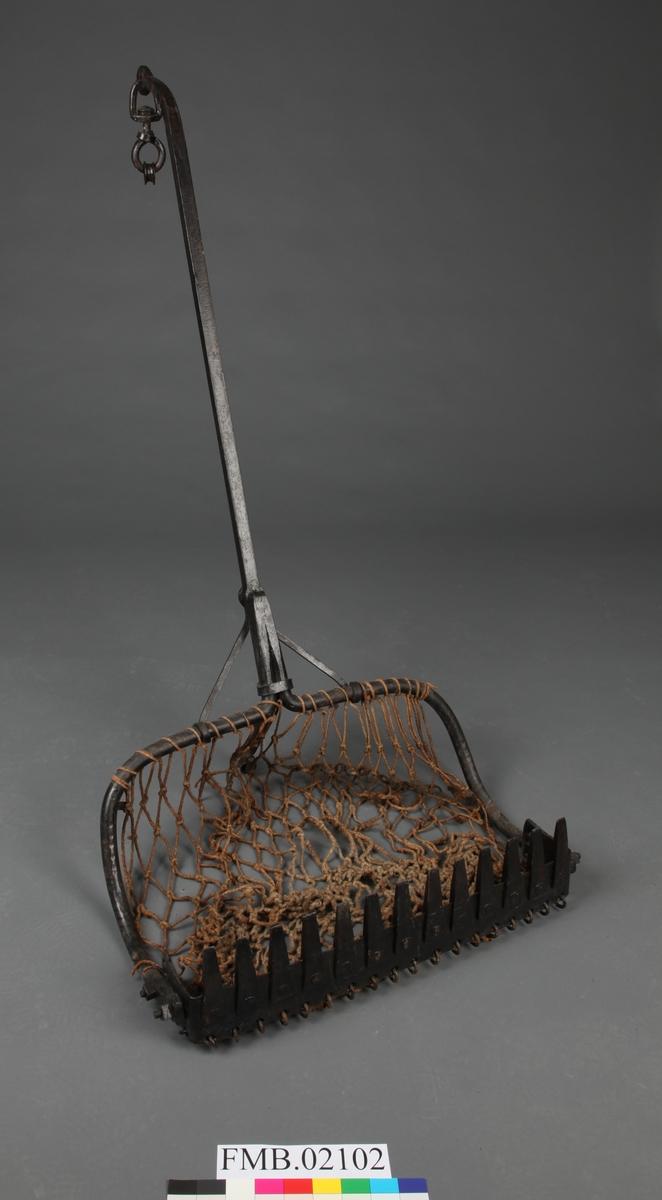 Stor stigbøyleformet skrape med en rad med tinder. Pose av grov tråd.