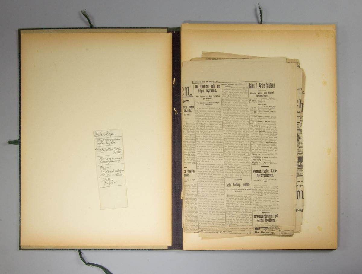 Portfölj, stående rektangulär av papp med blåmarmorerat omslag. Knytband på tre sidor av svart bomullsband. Rygg av blå textil. Pärmarnas insidor har tryckt småblommigt mönster i grönt. Mellan pärmarna pappskivor och olika nummer av tidningen Svenska Dagbladet och Socialdemokraten 1911. Har ursprungligen innehållit skisser med mera. Lös lapp med uppgift om vilka skisser portföljen har innehållit.