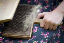 Nærbilde av karding av ull