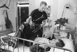 Äldre man får hjälp med en filt, Tunåsens sjukhem, Uppsala 1