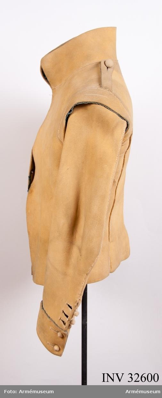 Grupp  I. Ur uniform för manskap vid Livregementes kyrassiärkår;1795-1815. Består av kyller, byxor, halsduk, handskar, bröstharnesk,  ryttarstövlar, sporrar, sporrkappor, kartusch, kartuschrem, hatt, värjgehäng, plym, sabelhandrem, sabeltaska. Märkt på insidan med nummer 50.