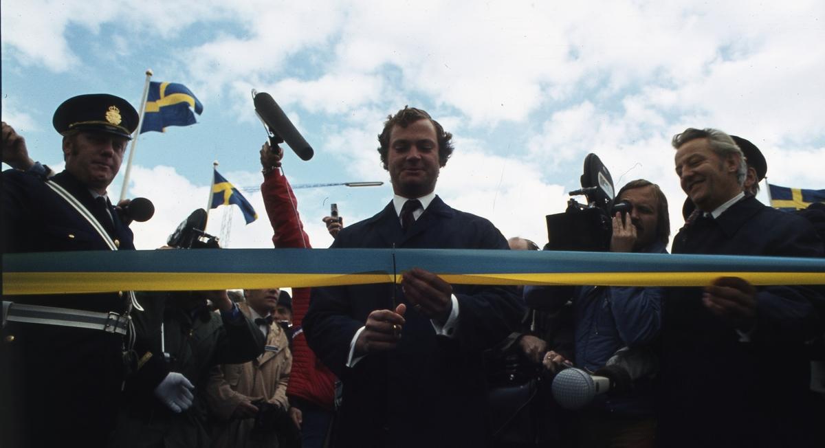 Den 30 september 1972 invigde dåvarande kronprins Carl Gustaf Ölandsbron på kalmarsidan. Ove Alm, vägdirektör.