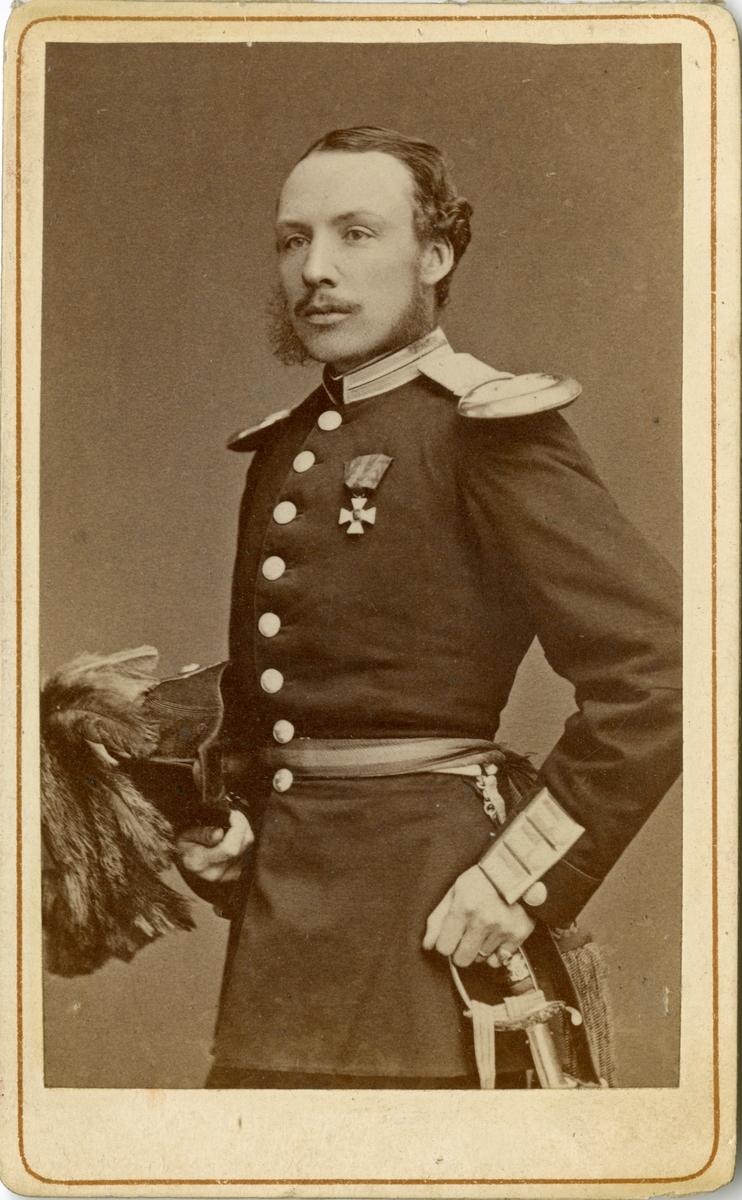 Porträtt av Erland Casper Nils Victor Kleen, löjtnant vid Andra livgardet I 2. Se även bild AMA.0007778.