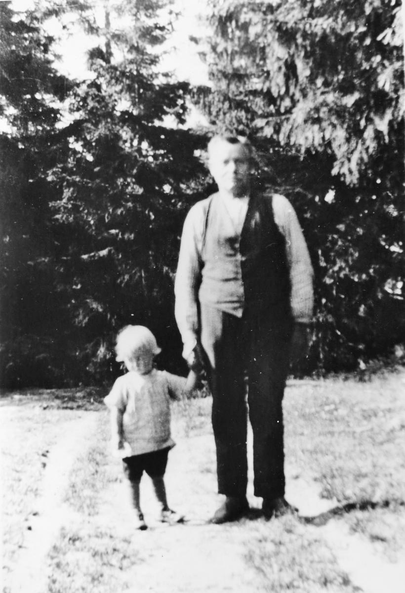 Per Eeg med sin bestefar i 1926 på Ringnes ved Løken.