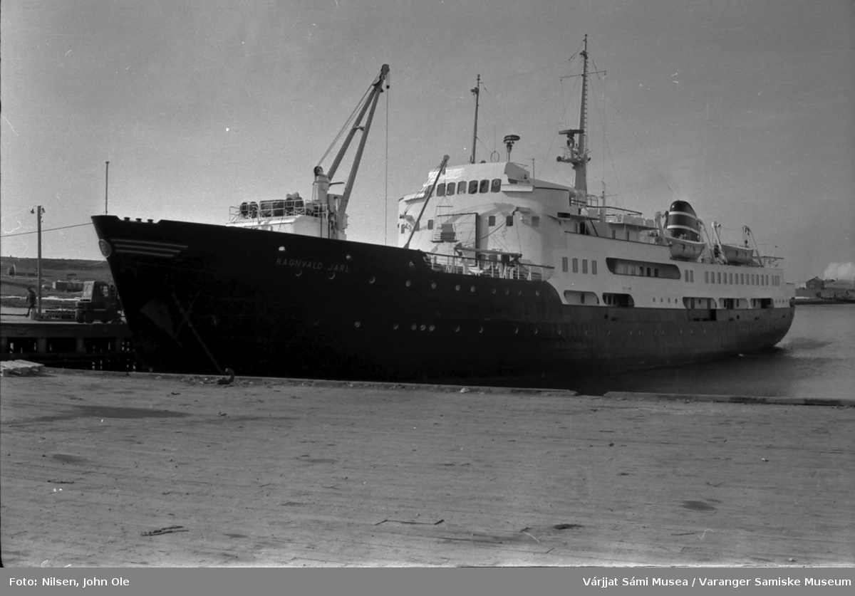 Hurtigruteskipet Ragnvald Jarl  ligger ved kai i Vadsø. 1967