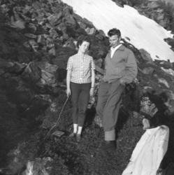 Turid Karikoski og Eino Drannem på fjelltur en vårdag. Stede