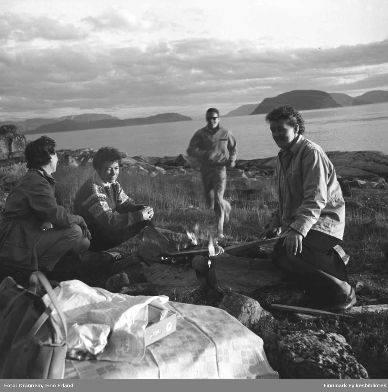 Fire damer ved et lite bål på fjellet ovenfor Hammerfest. Jenny Drannem er nr. to fra venstre. De tre andre er ukjente. Sørøysundet med øyene Seiland, Håja og Sørøya ses i bakgrunnen.
