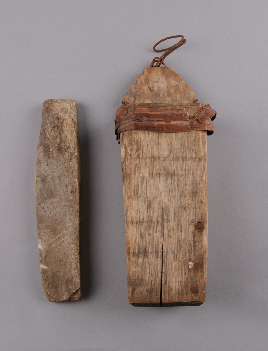 Skopp uthola av eit stykke tre, sprukken og spikra. Restar av neverband. Med krok. Restar av raudmåling. Med brynestein.