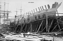 Trebåtbygging i Lillesand i Aust-Agder omkring 1890.  Dette