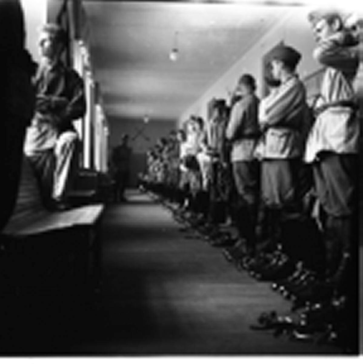 Uppställning vid logement. Norrlands dragonregemente K4, Umeå, 1955-1956.