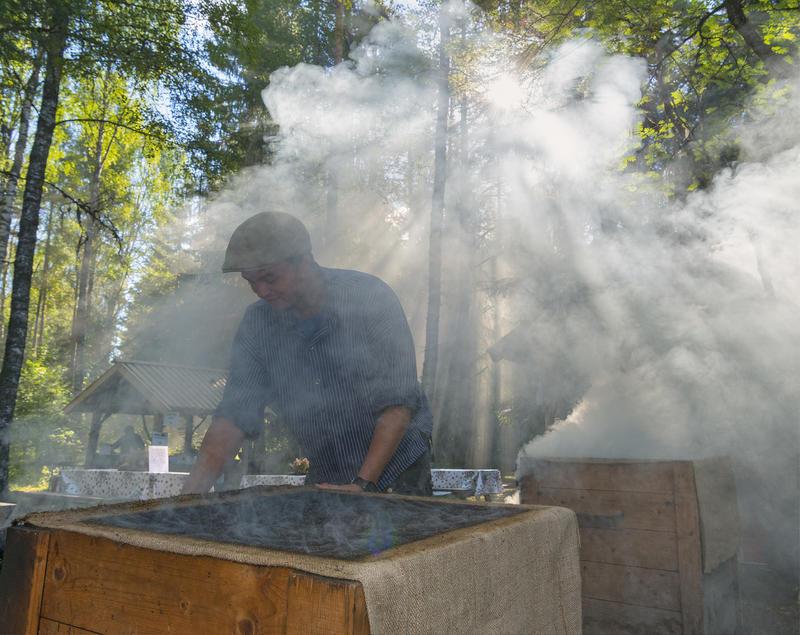 Håkon Grindalen tilbereder fisk på De nordiske jakt- og fiskedager 2016.