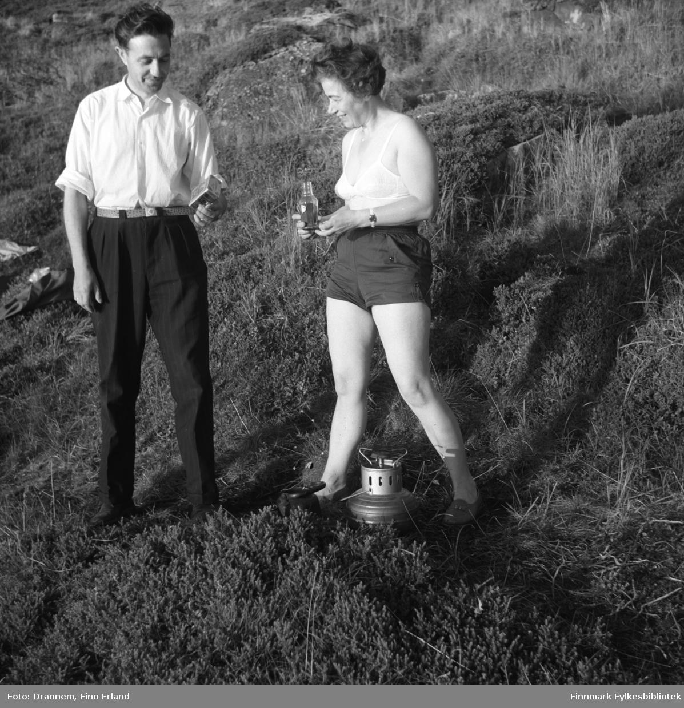En mann og kvinne fotografert i terrenget en sommerdag. Mannen er ukjent.