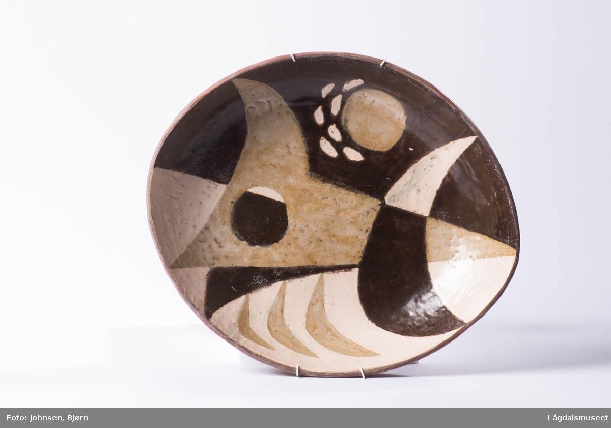 Fatet er fylt med gemotriske felter i ulike brune farger som danner et dekorerende uttrykk.