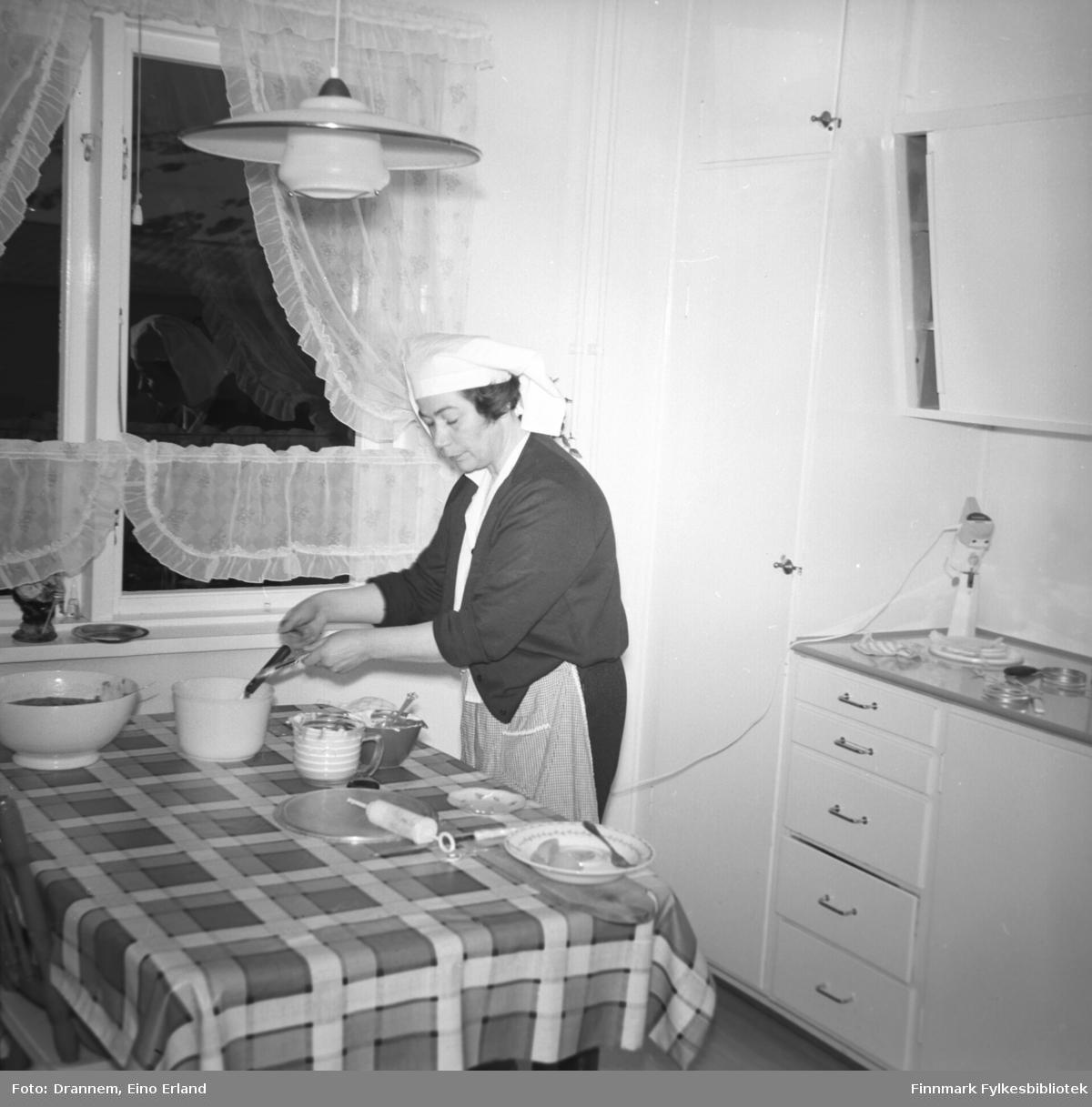 Jenny Drannem lager deig ved kjøkkenbordet hjemme i leiligheta i Hammerfest.