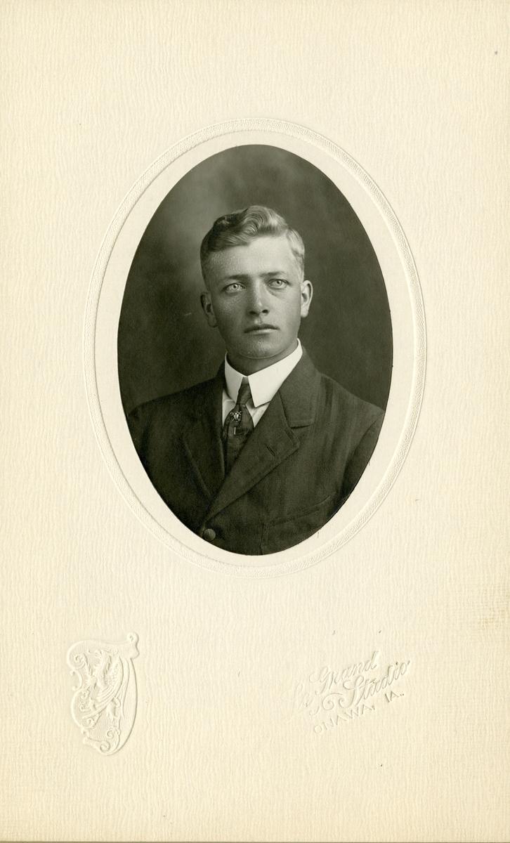 Halvportrett av ung mann