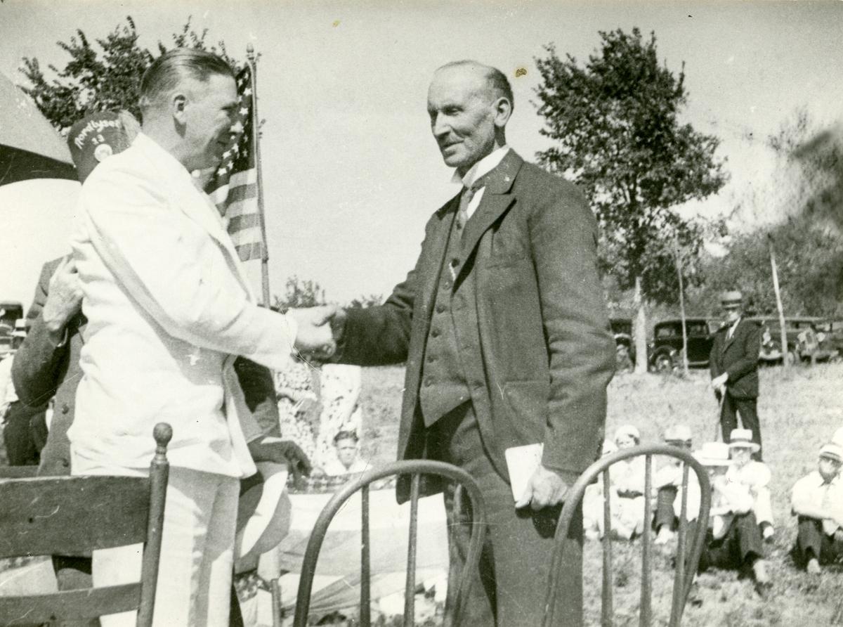 Guvernør Floyd B. Olson og Olaus (til høyre) Islandsmoen på Van Park, Minneapolis i 1934
