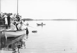 """""""Fest vid badinrättningen, roddtävling med tunnor"""", Östhamma"""