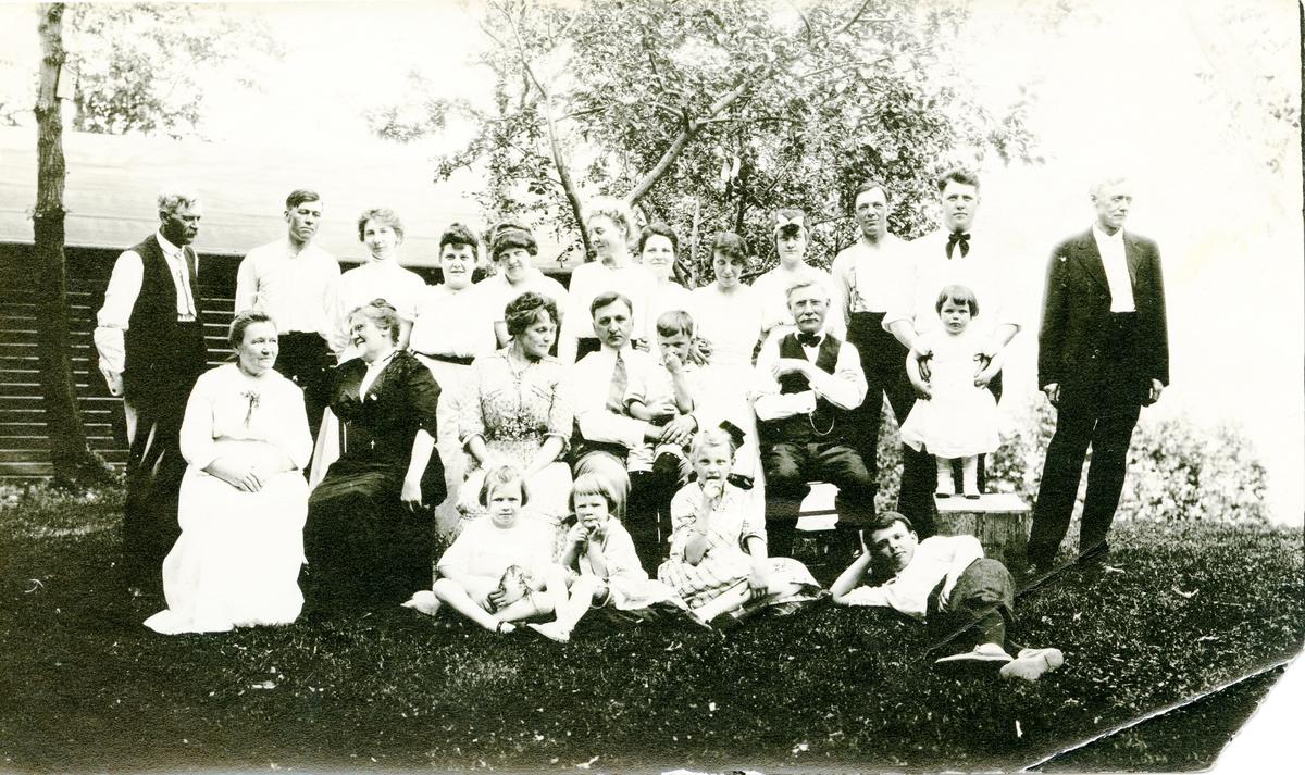 Familiebilde av Knatvoldfamilien. Bildet er tatt i Amerika.