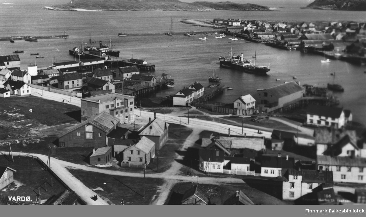 Postkort som viser Vestervågen i Vardø. Enerett Herberth Isaksen. Samme som 85029. B 5746