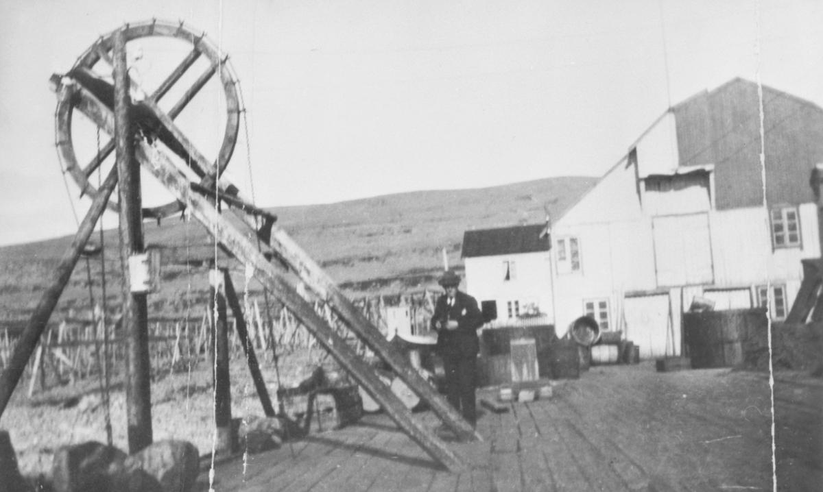 Heiseanretning på kaia i Syltefjord (tilhørende Golla Fuglevik). Til høyre, sjøhus under maling. I bakgrunnen en del av Gollas hus, fotografert før karnappvinduet ble bygget