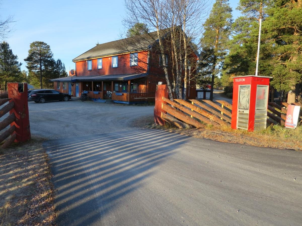 Denne telefonkiosken står på Drevsjø Camping i Engerdal, og er en av de 100 vernede telefonkioskene i Norge. De røde telefonkioskene ble laget av hovedverkstedet til Telenor (Telegrafverket, Televerket). Målene er så å si uforandret.  Vi har dessverre ikke hatt kapasitet til å gjøre grundige mål av hver enkelt kiosk som er vernet.  Blant annet er vekten og høyden på døra endret fra tegningene til hovedverkstedet fra 1933. Målene fra 1933 var: Høyde 2500 mm + sokkel på ca 70 mm Grunnflate 1000x1000 mm. Vekt 850 kg. Mange av oss har minner knyttet til den lille røde bygningen. Historien om telefonkiosken er på mange måter historien om oss.  Derfor ble 100 av de røde telefonkioskene rundt om i landet vernet i 1997. Dette er en av dem.