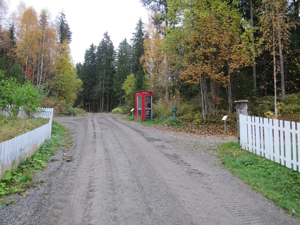 Denne telefonkiosken står på Maihaugen, Lillehammer, og er en av de 100 vernede telefonkioskene i Norge. De røde telefonkioskene ble laget av hovedverkstedet til Telenor (Telegrafverket, Televerket). Målene er så å si uforandret.  Vi har dessverre ikke hatt kapasitet til å gjøre grundige mål av hver enkelt kiosk som er vernet.  Blant annet er vekten og høyden på døra endret fra tegningene til hovedverkstedet fra 1933. Målene fra 1933 var: Høyde 2500 mm + sokkel på ca 70 mm Grunnflate 1000x1000 mm. Vekt 850 kg. Mange av oss har minner knyttet til den lille røde bygningen. Historien om telefonkiosken er på mange måter historien om oss.  Derfor ble 100 av de røde telefonkioskene rundt om i landet vernet i 1997. Dette er en av dem.