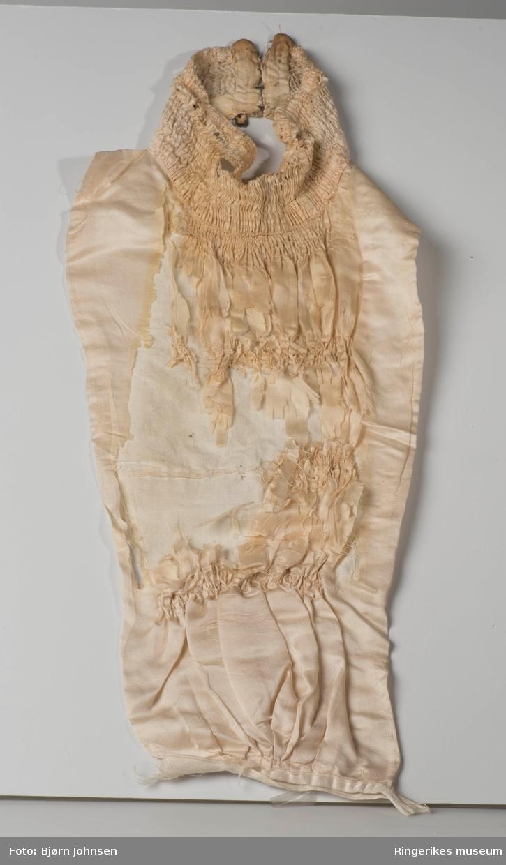 Småstripet stoff, blonde med store blomster  - dekor på ermer, krage og utbrettete slag på hver side.