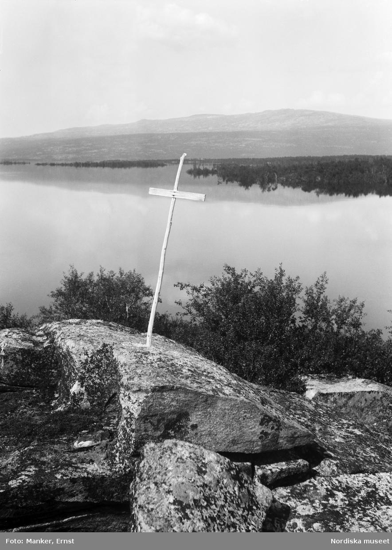 "Årrojarnga, korset på en ""ristasuolo"", kors- eller dödsholme, utmärkande en sommargrav."