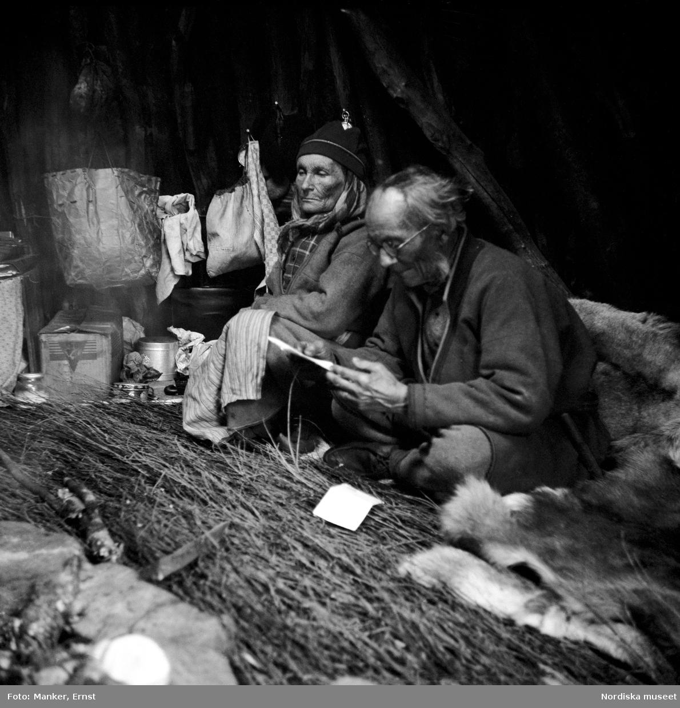 Interiör från Nils Anders Gruvvisares torvkåta i vistet vid Kåbtåjaure. Gruvvisare och hans hustru Ristin.