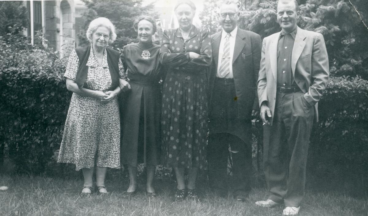Fra venstre: fru Ole Røang, Inger Lineikro, Marie Heggernes (søster til I.L.) og Per Heggernes på besøk hos Arnfinn Rosenlund (lengst til høyre). 1954 i Amerika.