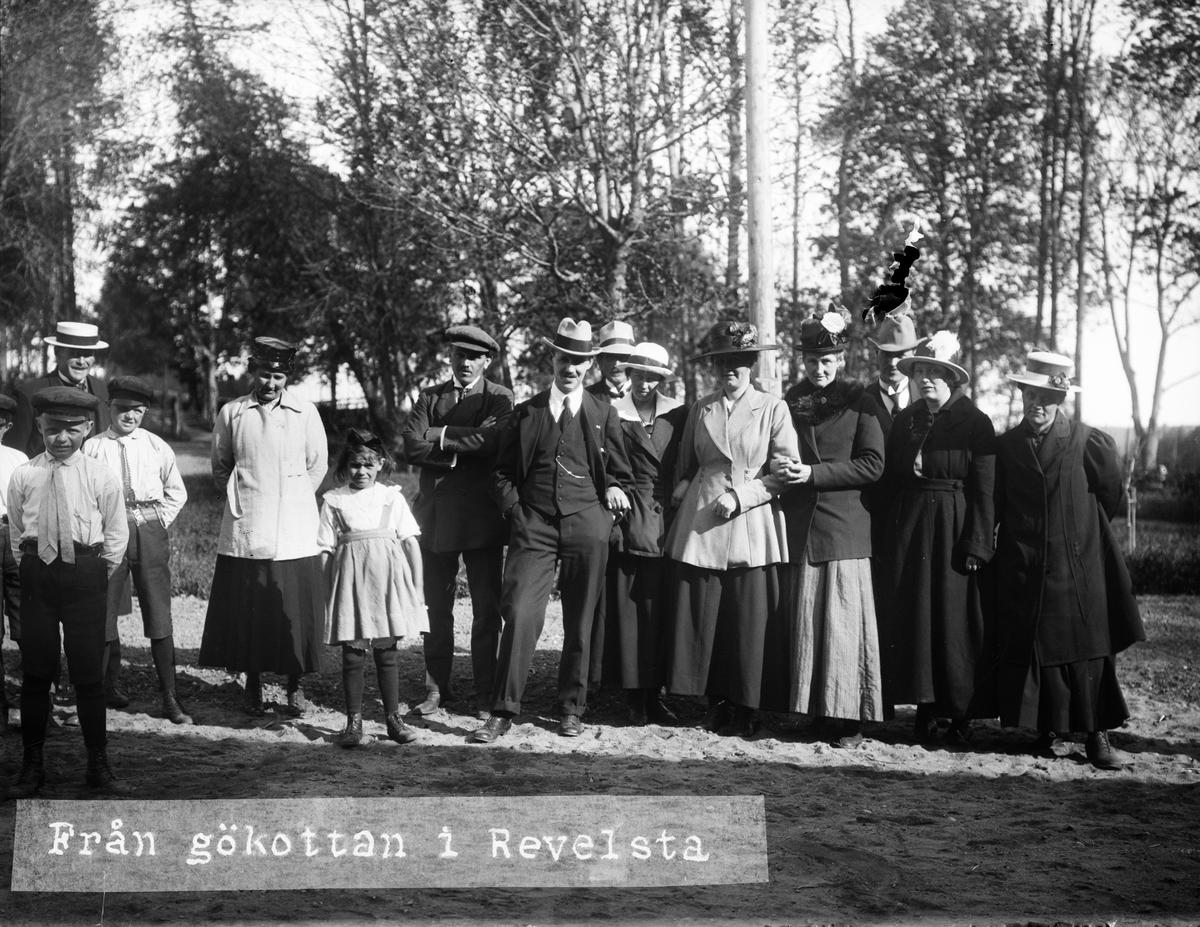 """""""En grupp deltagare i gökottan vid Revelsta gård"""", Altuna socken, Uppland 1919"""