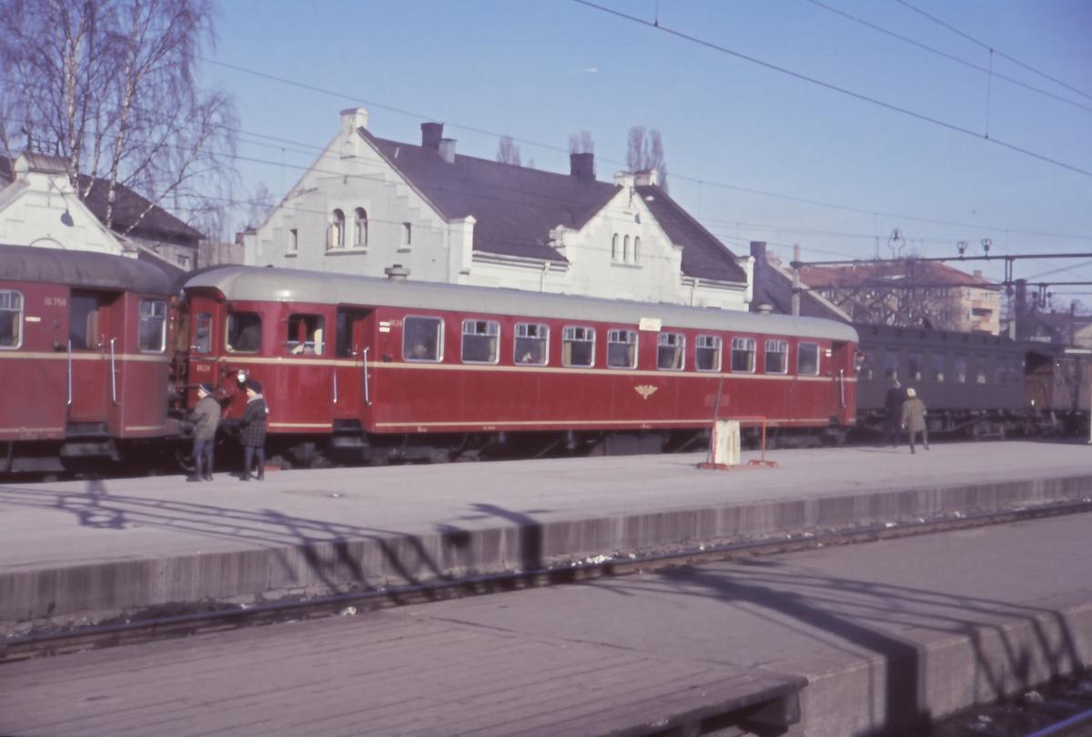 Motovogntog til Rørosbanen på Hamar stasjon. Dieselmotorvogn Bmdo 86 24.