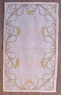 Duk broderad på linne med kedjestygn och efterstygn på tryckt mönster.