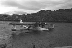 Gjenreisning i Honningsvåg. En Catalina-flybåt i havn. I bak