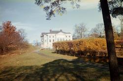 Gunnebo slotts södra fasad sedd ifrån slottsträdgården. Möln