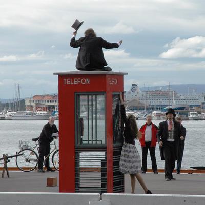 Røde telefonkiosker. Akershuskaia i Oslo 001 (Foto/Photo)